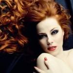 Bella donna con capelli rossi