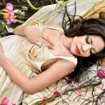 Bellissima donna che dorme in un prato