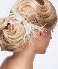 acconciatura da sposa con le perline e le piume bianche