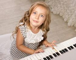 Bimba al pianoforte